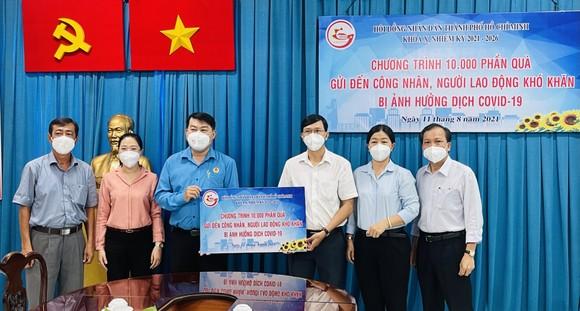 Đại biểu HĐND TPHCM trao tặng 10.000 phần quà đến công nhân, người lao động gặp khó khăn do dịch Covid-19 ảnh 3