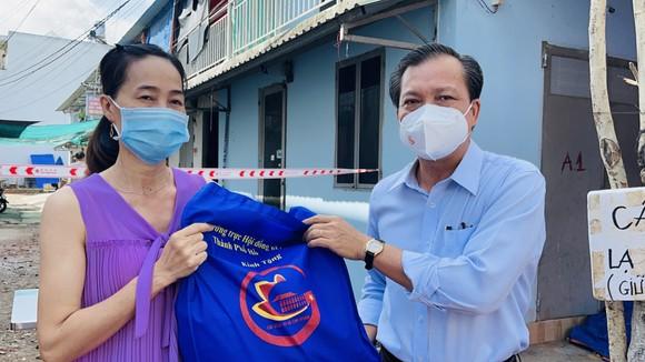 Đại biểu HĐND TPHCM trao tặng 10.000 phần quà đến công nhân, người lao động gặp khó khăn do dịch Covid-19 ảnh 5