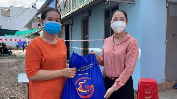 Đại biểu HĐND TPHCM trao tặng 10.000 phần quà đến công nhân, người lao động gặp khó khăn do dịch Covid-19 ảnh 6