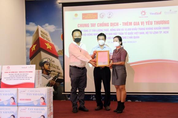 Chung tay góp sức cho chương trình 300.000 đồ bảo hộ, khẩu trang y tế của HĐND TPHCM ảnh 6