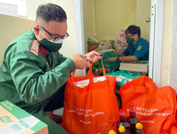 Bộ Tư lệnh TPHCM thành lập 310 tổ công tác xuất quân hỗ trợ cung cấp lương thực cho người dân ảnh 2