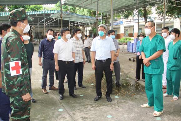 Thứ trưởng Bộ Y tế Nguyễn Trường Sơn kiểm tra công tác phòng, chống dịch Covid-19 tại huyện Bình Chánh ảnh 2
