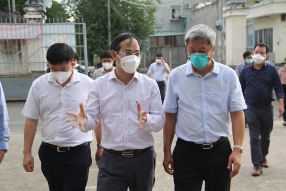 Thứ trưởng Bộ Y tế Nguyễn Trường Sơn kiểm tra công tác phòng, chống dịch Covid-19 tại huyện Bình Chánh ảnh 1