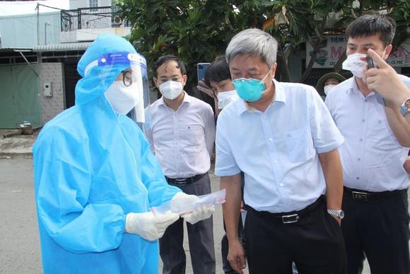 Thứ trưởng Bộ Y tế Nguyễn Trường Sơn kiểm tra công tác phòng, chống dịch Covid-19 tại huyện Bình Chánh ảnh 3