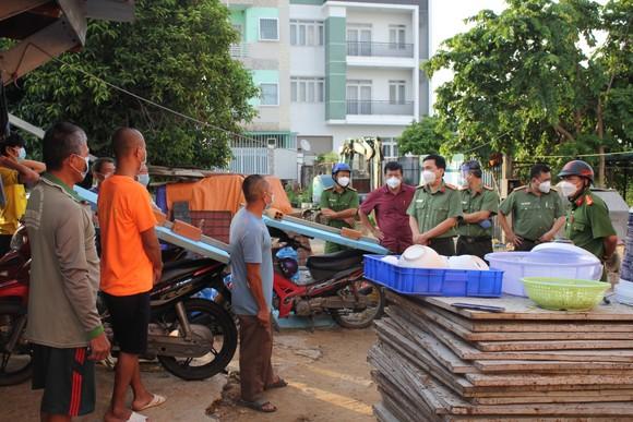 Lãnh đạo Công an TPHCM thăm hỏi, trao quà cán bộ chiến sĩ tại chốt kiểm soát phòng, chống dịch ảnh 3