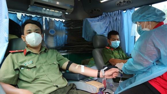 Công an quận Phú Nhuận hiến máu trong mùa dịch Covid-19 ảnh 3