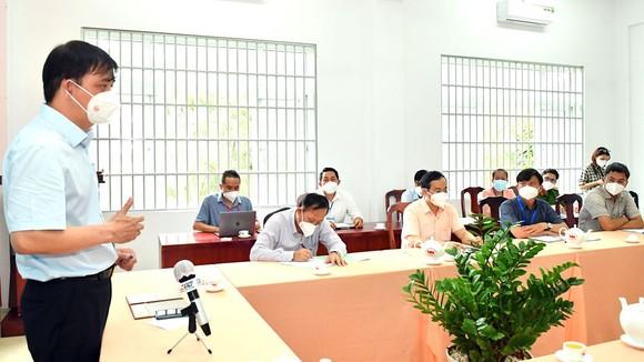 Phó Chủ tịch UBND TPHCM Lê Hoà Bình phát biểu trong buổi làm việc với xã Tân Kiên. Ảnh: VIỆT DŨNG