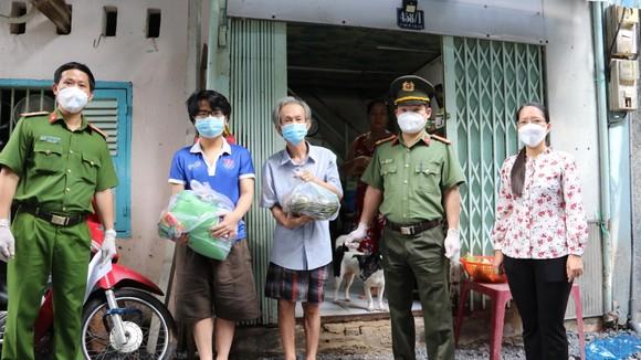 Công an TPHCM trao quà cho người dân gặp khó khăn ảnh 2