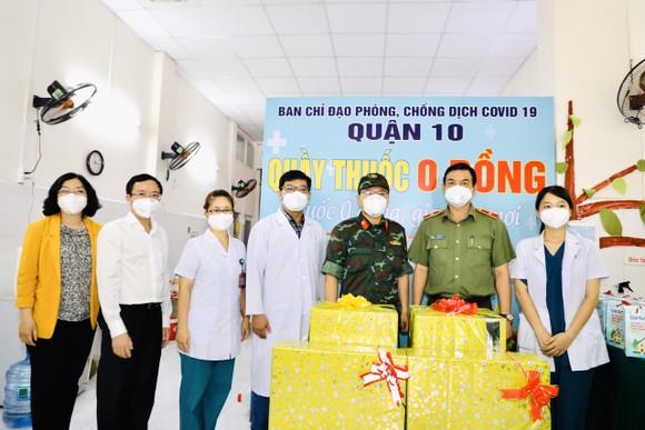 Giám đốc Công an TPHCM trao 1.000 phần thuốc điều trị cho F0 ở quận 10 ảnh 1