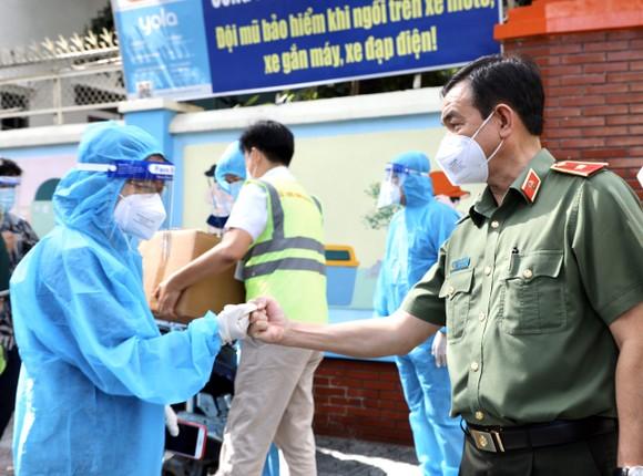 Giám đốc Công an TPHCM trao 1.000 phần thuốc điều trị cho F0 ở quận 10 ảnh 2