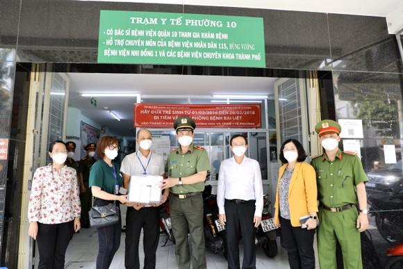 Giám đốc Công an TPHCM trao 1.000 phần thuốc điều trị cho F0 ở quận 10 ảnh 3