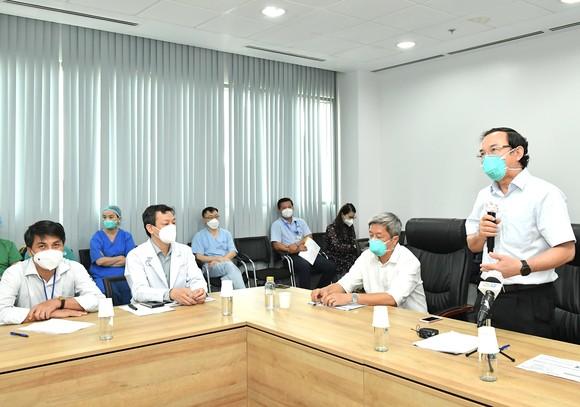 Bí thư Thành ủy TPHCM Nguyễn Văn Nên: Mũi tiến công quan trọng là Vaccine + Thuốc + Ý thức ảnh 1