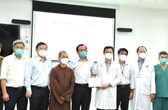 Bí thư Thành ủy TPHCM Nguyễn Văn Nên: Mũi tiến công quan trọng là Vaccine + Thuốc + Ý thức ảnh 4