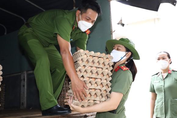 Cảnh sát hình sự trao nhu yếu phẩm đến người dân 'vùng đỏ', 'vùng cam' ảnh 1
