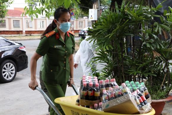 Cảnh sát hình sự trao nhu yếu phẩm đến người dân 'vùng đỏ', 'vùng cam' ảnh 3
