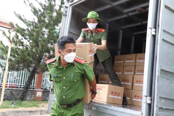 Cảnh sát hình sự trao nhu yếu phẩm đến người dân 'vùng đỏ', 'vùng cam' ảnh 2