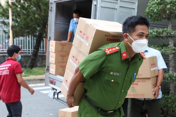 Cảnh sát hình sự trao nhu yếu phẩm đến người dân 'vùng đỏ', 'vùng cam' ảnh 4