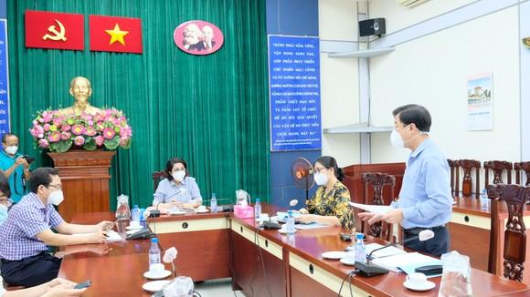 Giám đốc Trung tâm An sinh TPHCM trao quà cho người dân khó khăn ảnh 1