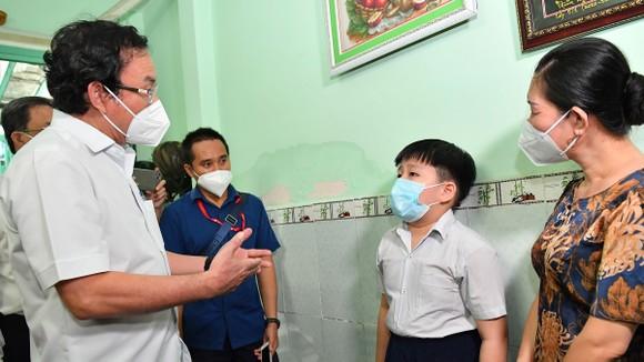 Bí thư Thành ủy TPHCM Nguyễn Văn Nên động viên các em mồ côi vượt qua khó khăn, học thật giỏi ảnh 1
