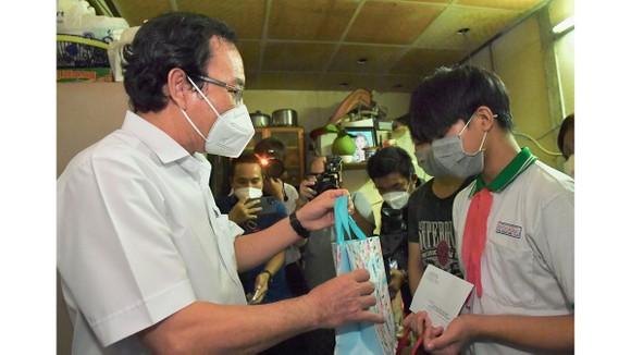 Bí thư Thành ủy TPHCM Nguyễn Văn Nên động viên các em mồ côi vượt qua khó khăn, học thật giỏi ảnh 2