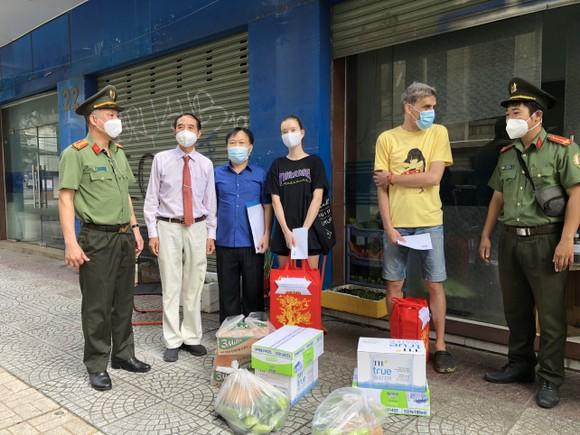 Công an TPHCM trao quà cho người nước ngoài bị ảnh hưởng dịch Covid-19 ảnh 1