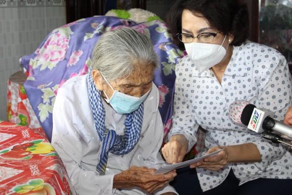 Chủ tịch Ủy ban MTTQ Việt Nam TPHCM thăm người cao tuổi, trẻ mồ côi ở huyện Bình Chánh ảnh 3