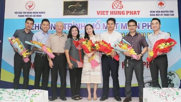 Các nhà tài trợ chụp hình lưu niệm cùng Hội Bảo trợ bệnh nhân nghèo TP.HCM