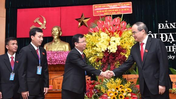 Bí thư Thành ủy TPHCM Nguyễn Thiện Nhân: Các ngành dịch vụ của quận 10 cần chuyển hướng phục vụ ảnh 1