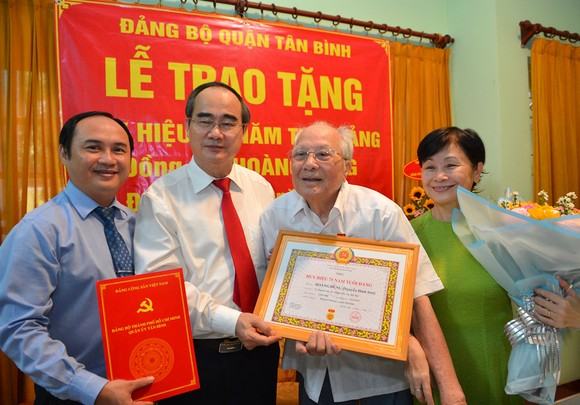 Bí thư Thành ủy TPHCM Nguyễn Thiện Nhân trao Huy hiệu 75 năm tuổi Đảng cho đồng chí Hoàng Dũng. Ảnh: VIỆT DŨNG