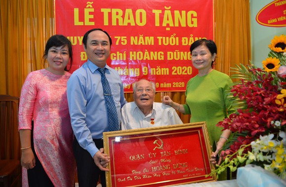 Bí thư Thành ủy TPHCM trao Huy hiệu 75 năm tuổi Đảng cho đảng viên cao tuổi Đảng ảnh 1