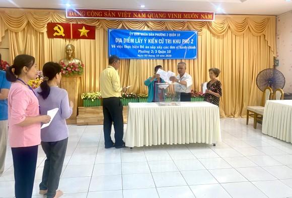 Cử tri bỏ phiếu cho ý kiến về sáp nhập đơn vị hành chính tại TPHCM ảnh 6