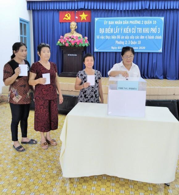 Cử tri bỏ phiếu cho ý kiến về sáp nhập đơn vị hành chính tại TPHCM ảnh 7