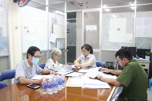 Cử tri bỏ phiếu cho ý kiến về sáp nhập đơn vị hành chính tại TPHCM ảnh 12
