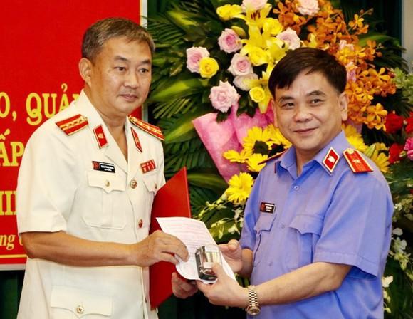 Viện trưởng Viện KSND TPHCM Đỗ Mạnh Bổng trao Quyết định bổ nhiệm ông Quách Thanh Giang (trái) giữ chức vụ Viện trưởng Viện KSND TP Thủ Đức