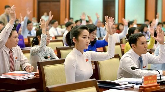 Các đại biểu HĐND TPHCM biểu quyết thông qua nghị quyết tại kỳ họp thứ 6. Ảnh: VIỆT DŨNG