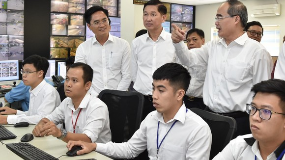 Bí thư Thành ủy TPHCM Nguyễn Thiện Nhân thăm Trung tâm Điều hành giao thông thông minh. Ảnh: VIỆT DŨNG