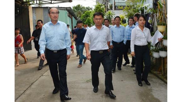 Bí thư Thành ủy TPHCM Nguyễn Thiện Nhân thị sát đột xuất công trình không phép của 'quan quận' ảnh 4