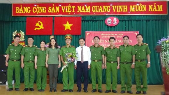 Bí thư Quận ủy Thủ Đức Nguyễn Mạnh Cường chúc mừng đồng chí Đỗ Thanh Sơn (sinh năm 1995) được kết nạp tại chi bộ Đội CS PCCC& và CNCH thuộc Đảng bộ Công quận Thủ Đức. Ảnh: CTV