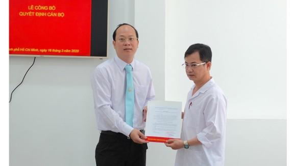 Đồng chí Nguyễn Hồ Hải trao quyết định bổ nhiệm bổ nhiệm đồng chí Nguyễn Huy Phong (phải) giữ chức Phó Trưởng ban Ban Bảo vệ - chăm sóc sức khỏe cán bộ TPHCM