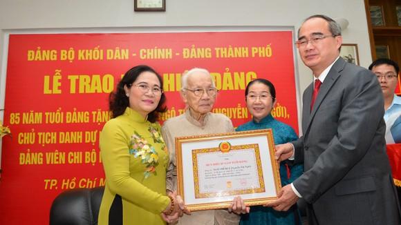 Bí thư Thành ủy TPHCM trao Huy hiệu 85 năm tuổi Đảng cho Phu nhân cố Tổng Bí thư Nguyễn Văn Linh ảnh 1