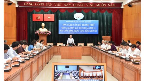 Đồng chí Trần Lưu Quang, Phó Bí thư Thường trực Thành ủy TPHCM chủ trì hội nghị thông báo kết quả Hội nghị lần thứ 12 Ban Chấp hành Trung ương Đảng khóa XII. Ảnh: VIỆT DŨNG
