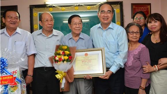 Bí thư Thành ủy TPHCM Nguyễn Thiện Nhân thăm, chúc thọ người cao tuổi tiêu biểu 90 tuổi ảnh 1