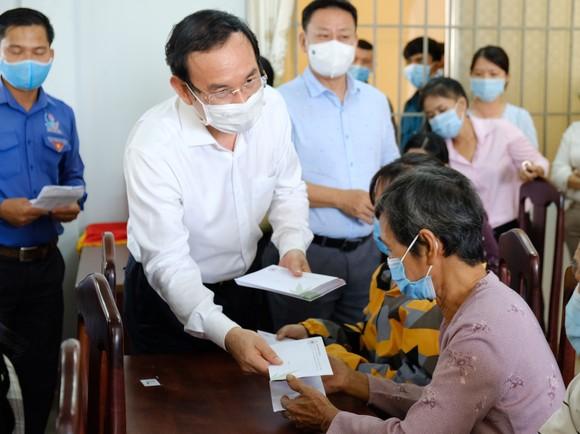 Bí thư Thành ủy TPHCM Nguyễn Văn Nên thăm, chúc tết người nghèo, lao động khó khăn ảnh 1