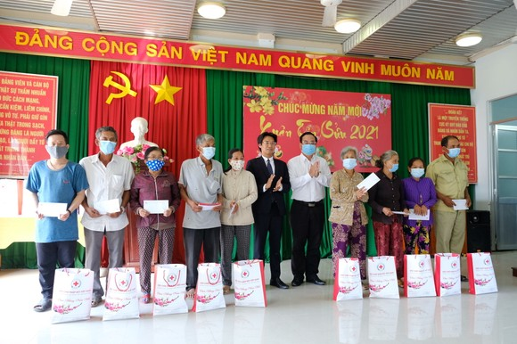 Bí thư Thành ủy TPHCM Nguyễn Văn Nên thăm, chúc tết người nghèo, lao động khó khăn ảnh 2