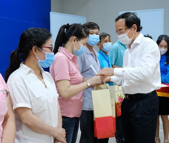 Bí thư Thành ủy TPHCM Nguyễn Văn Nên thăm, chúc tết người nghèo, lao động khó khăn ảnh 4
