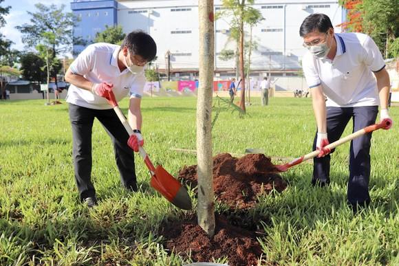 Ứng cử viên ĐBQH và HĐND TPHCM tại Bình Tân trồng cây nhớ ơn Bác Hồ ảnh 1