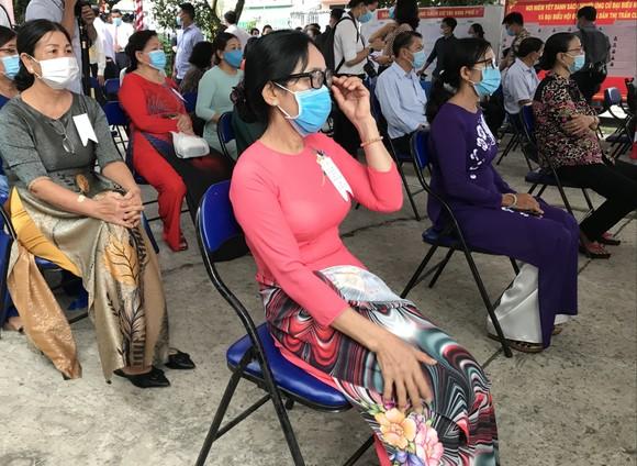 Chủ tịch nước Nguyễn Xuân Phúc cùng phu nhân bỏ phiếu bầu cử tại huyện Củ Chi ảnh 1