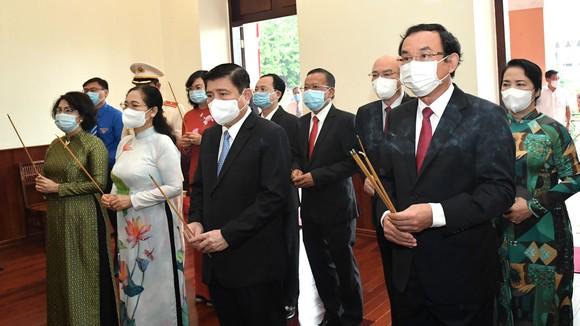 Bí thư Thành ủy TPHCM cùng lãnh đạo TPHCM dâng hương tại Bảo tàng Hồ Chí Minh - Chi nhánh TPHCM. Ảnh: VIỆT DŨNG