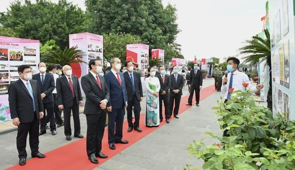 Lãnh đạo TPHCM dâng hương, dâng hoa Chủ tịch Hồ Chí Minh, Chủ tịch Tôn Đức Thắng ảnh 2