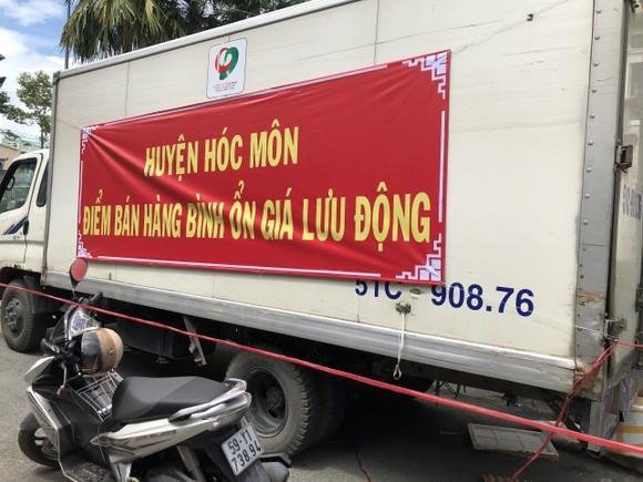 Một xe bán thực phẩm lưu động giá bình ổn của huyện Hóc Môn. Ảnh: TRẦN VĂN